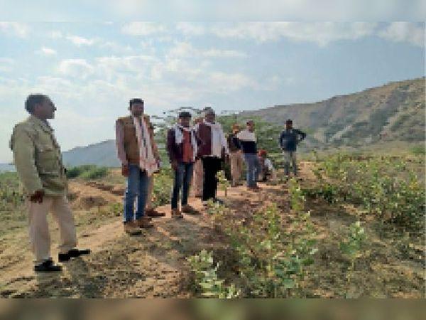 बालेर  भीमपुरा-डगरा के लोगों को विस्थापन जमीन दिखाते वनाधिकारी। - Dainik Bhaskar