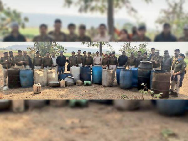 जब्त शराब व सामग्री के साथ आबकारी व पुलिस की टीम। - Dainik Bhaskar