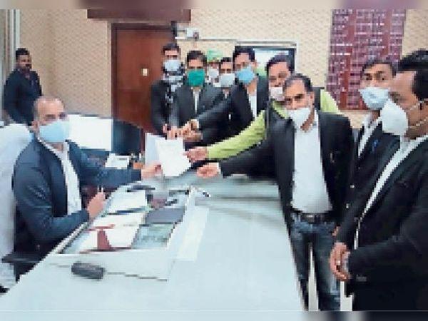 सवाई माधोपुर| तीन सूत्री मांगों को लेकर कलेक्टर को ज्ञापन देते वकील। - Dainik Bhaskar