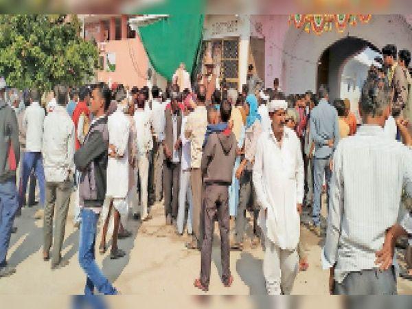 श्री बद्री विशाल मंदिर की सम्पति का दावा करने के विरोध में एकत्र हुए ग्रामीण - Dainik Bhaskar