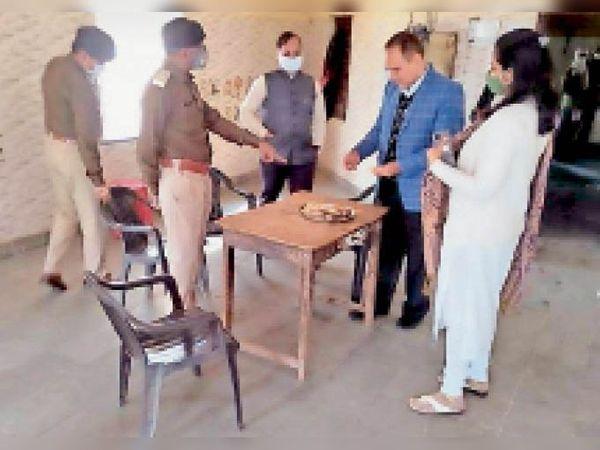 टोंक | जिला कारागृह में निरीक्षण करते जिला न्यायाधीश अजय शर्माl - Dainik Bhaskar