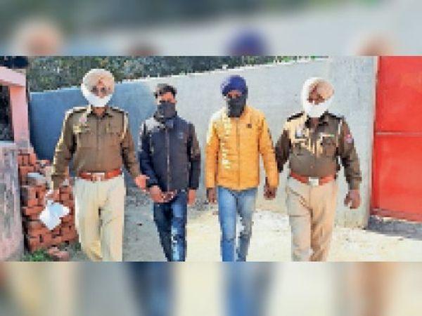नशा तस्करों को अदालत में ले जाते पुलिस कर्मी। - Dainik Bhaskar