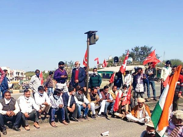 किसानों के समर्थन में चक्का जाम में शामिल हुए विधायक लाखन मीणा।