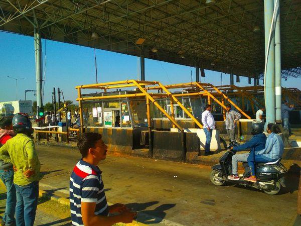 अखेपुरा प्लाजा से बगैर टोल दिए वाहनों को निकालते प्रदर्शन्कारी - Dainik Bhaskar