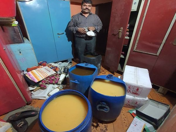 तस्वीर रायपुर की है। छोटे से कमरे में पिछले कुछ महीनों से शराब बनाने का काम चल रहा था। पुलिस इस मामले की जांच कर रही है। - Dainik Bhaskar