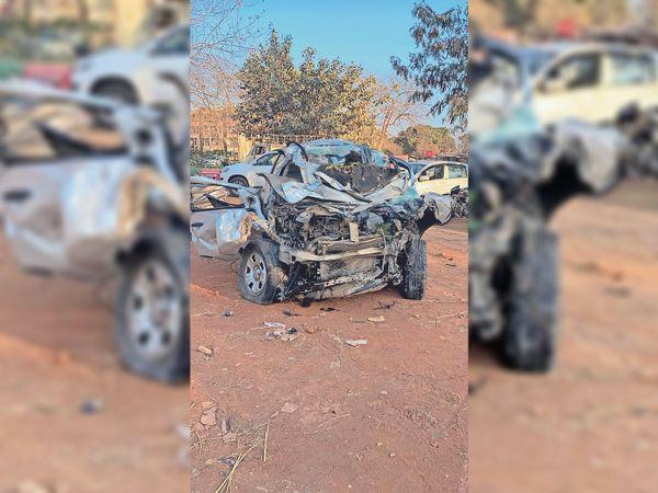 ट्रक से टक्कर के बाद कार का अगला हिस्सा बुरी तरह से टूट गया। - Dainik Bhaskar