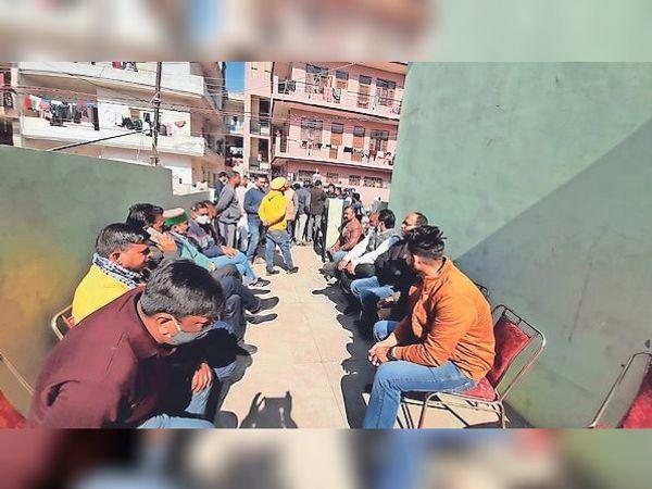 बद्दी में व्यापारी के घर चोरी होने पर बाजार के सभी व्यापारी राजेश मित्तल के घर के बाहर बैठे रहे। - Dainik Bhaskar
