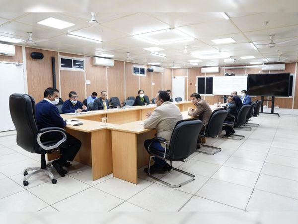 स्वास्थ्य मंत्री सत्येंद्र जैन और विभागीय अधिकारियों के साथ बैठक के दौरान दिल्ली के सीएम अरविंद केजरीवाल। - Dainik Bhaskar