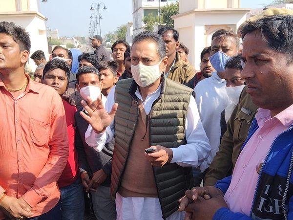 भरतपुर। महिला की मौत से गुस्साए लोगों को समझाते पूर्व मंत्री विश्वेंद्र सिंह। विश्वेंद्र ने बिजली कंपनी के अधिकारियों को भी मौके पर बुलाया। - Dainik Bhaskar