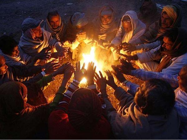 सर्दी में अलाव तापते लोग। - Dainik Bhaskar
