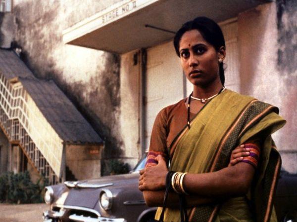 मराठी अभिनेत्री हंसा वाडकर की जिंदगी पर बनी फिल्म 'भूमिका' के एक दृश्य में स्मिता पाटिल। - Dainik Bhaskar