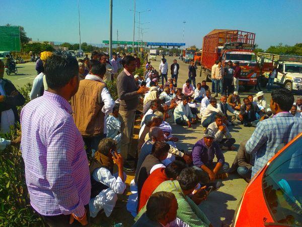 अखेपुरा टोल प्लाजा पर चक्का जाम करते किसान मोर्चा के सदस्य - Dainik Bhaskar