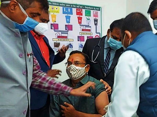 कोरोना वैक्सीन लगवाते पुलिस महानिरीक्षक सत्यवीर सिंह। - Dainik Bhaskar