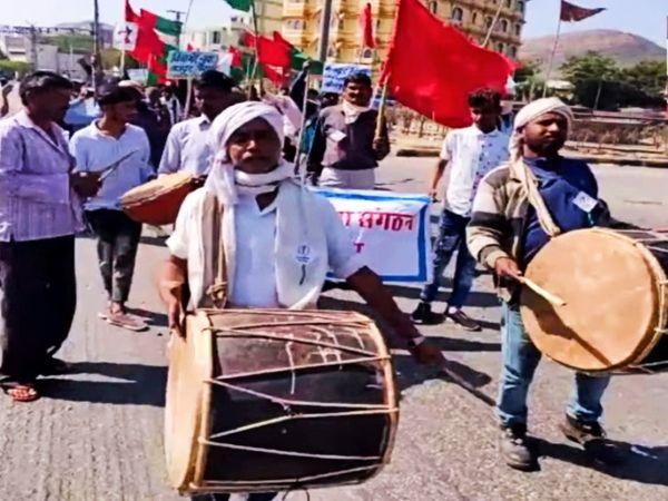 ढोल नगाड़े बजाकर मोदी सरकार के खिलाफ किया विरोध।