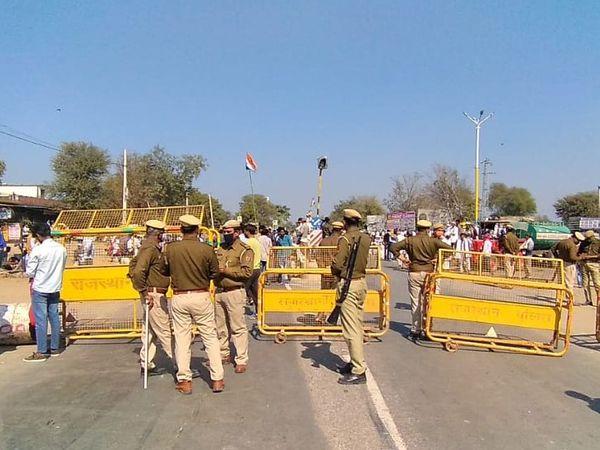 राजगढ़ के निकट कोठी नारायणपुर के पास स्टेट हाइवे पर किसानों ने लगाया जाम। शाहजहांपुर हरियाणा बॉर्डर पर इस तरह पुलिस चौकसी भी।