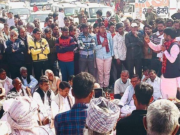 ततारपुर चौराहे पर जाम के दौरान किसानों को संबोधित करते नेता ललित यादव।