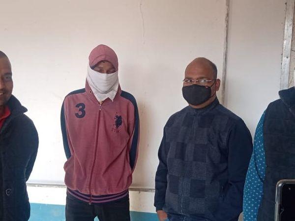 SDM के सूचना सहायक एकांत और दलाल को ACB कोर्ट में पेश किया गया। जहां से दोनों आरोपियों कोर्ट ने न्यायिक अभिरक्षा में 20 फरवरी तक जेल भेजने के आदेश दिए - Dainik Bhaskar