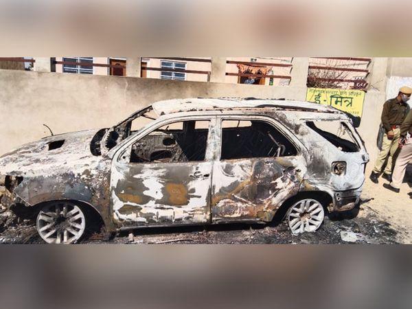 आरोपियों द्वारा जलाई गई गाड़ी। - Dainik Bhaskar