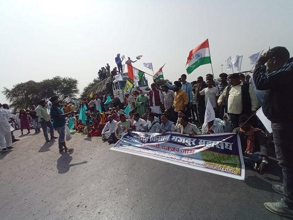 सड़क पर बैठकर प्रदर्शनकारियों ने नारेबाजी शुरू कर दी।