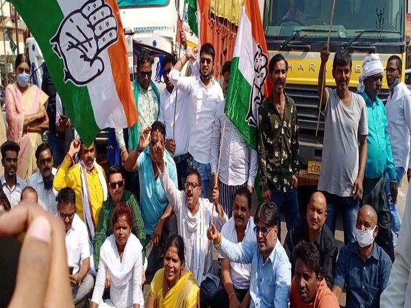 ट्रकों को रोककर संतोषी नगर के पास कांग्रेस नेता नारे बाजी करने लगे।