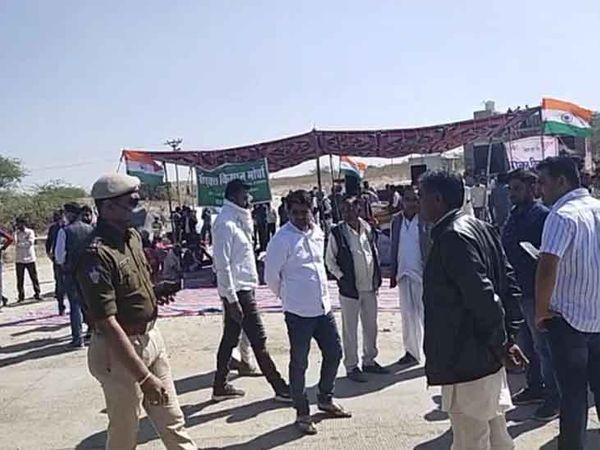 जोधपुर-नागौर रोड़ पर नेतड़ा टोल नाके के निकट धरना देते किसान। - Dainik Bhaskar