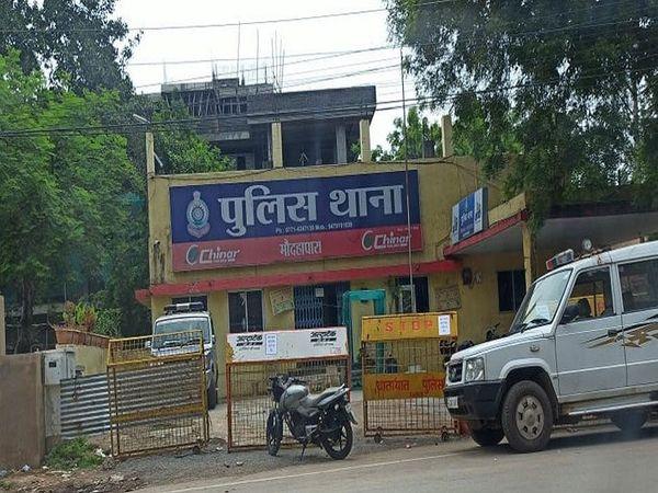 तस्वीर रायपुर के मौदहापारा थाने की है। पुलिस ने इस मामले की शिकायत के बाद केस दर्ज करने में 1 साल का वक्त लगा दिया, दावा किया जा रहा है कि शिकायत की जांच में वक्त लगा। - Dainik Bhaskar