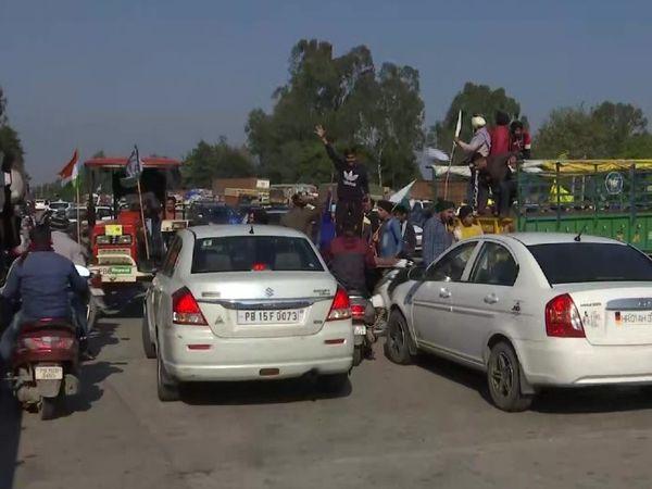 मोहाली में प्रदर्शनकारियों ने अंबाला-चंडीगढ़ हाईवे जाम करने के लिए बीच सड़क पर ट्रैक्टर खड़े किए। हालांकि, इमरजेंसी वाहनों को खुद प्रदर्शनकारियों ने ही जाम से निकाला।