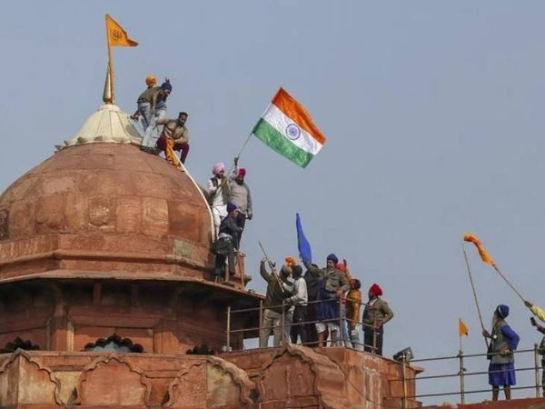 गणतंत्र दिवस पर कुछ किसान लाल किला तक पहुंच गए थे। लाल किले पर धर्म ध्वज फहराया गया था। - Dainik Bhaskar