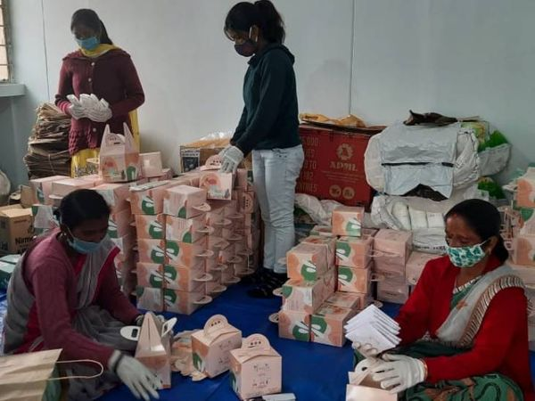 गुंजन और वन्या ने अपनी कंपनी में चार महिलाओं को रोजगार दिया है जो पैड्स की पैकेजिंग का काम करती हैं। ये चारों महिलाएं ट्राइबल हैं।