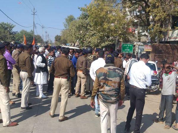 कांग्रेसियों को समझाइश देकर चक्काजाम खत्म कराती पुलिस। - Dainik Bhaskar