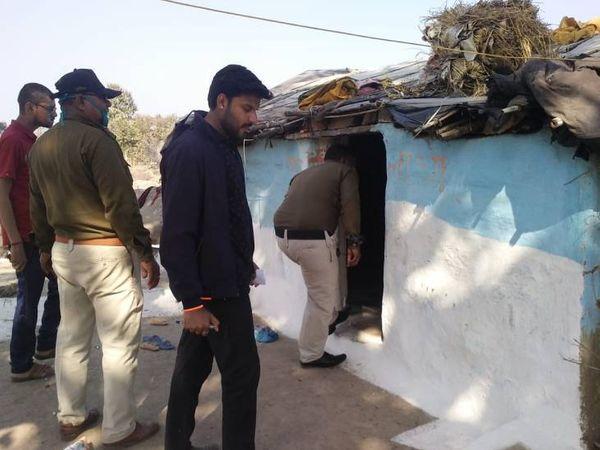 घटना के बाद घरों की सर्चिंग करते पुलिसकर्मी। - Dainik Bhaskar