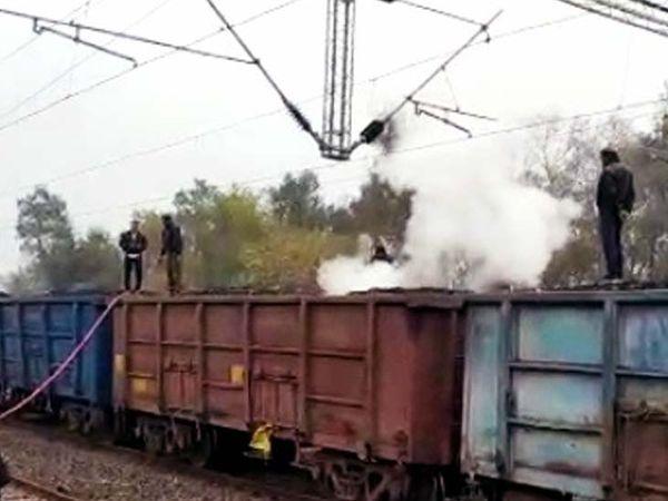 आग पर फायर ब्रिगेड की गाड़ी की मदद से काबू पाया गया। - Dainik Bhaskar