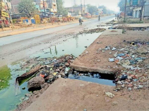 शहर के लश्कर रोड पर सड़क पर भरा नाले का गंदा पानी। - Dainik Bhaskar