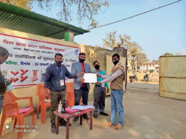 प्रशिक्षण समापन पर राजमिस्त्रियों को प्रमाण पत्र दिया गया। - Dainik Bhaskar