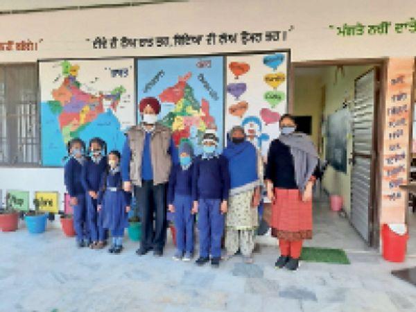 सरकारी प्राइमरी स्कूलों में पेरेंट्स-टीचर्स मिलनी कार्यक्रम के दौरान मौजूद अध्यापक, अभिभावक व विद्यार्थी।-भास्कर - Dainik Bhaskar
