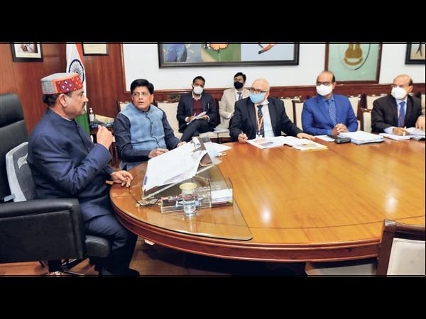 दिल्ली में रेलमंत्री से चर्चा करते लोकसभा अध्यक्ष। - Dainik Bhaskar