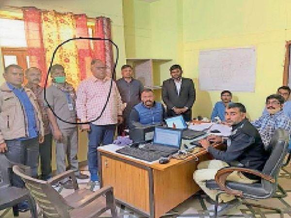 रिश्वत लेने का आरोपी (बाएं) चालक व (दाएं) एसडीएम। - Dainik Bhaskar