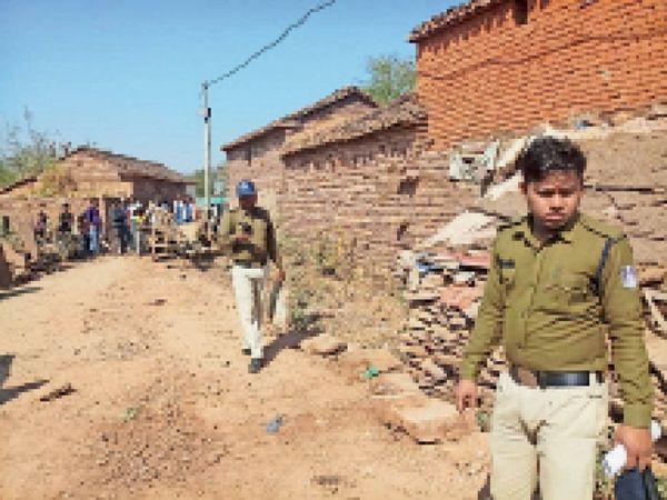 घटना स्थल से मिले साक्ष्य, कपड़ा आदि थैले में लेकर जाता आरक्षक। - Dainik Bhaskar