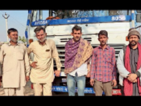 लाडनूं में ट्रक लूट की घटना का विरोध करते विभिन्न ट्रकों के चालक। - Dainik Bhaskar