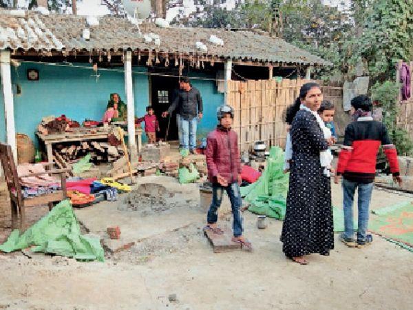 मरौना के खगरपुरा में घर पर की गई तोड़फोड़। - Dainik Bhaskar