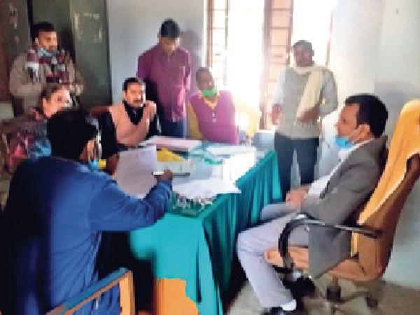 विद्यालय का निरीक्षण करते डीपीओ व उपस्थित शिक्षक। - Dainik Bhaskar