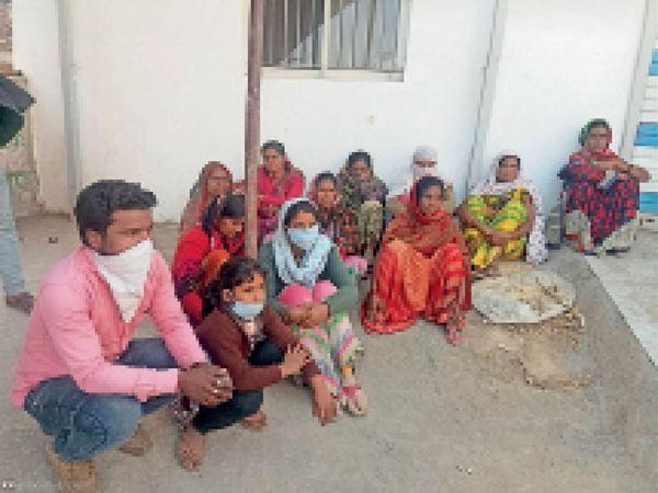 हरदा। जिला अस्पताल में शव के पीएम के लिए परेशान हाेते हुए परिजन। - Dainik Bhaskar