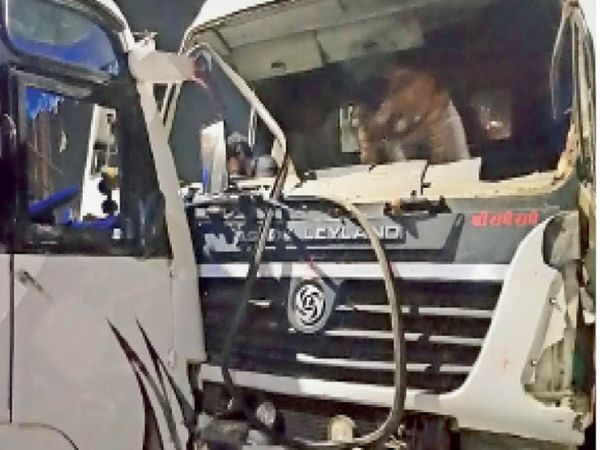 होशंगाबाद। डंपर ने बस को टक्कर मारी और 25 फीट तक घसीटा। बस के नीचे बाइक भी दब गई। - Dainik Bhaskar
