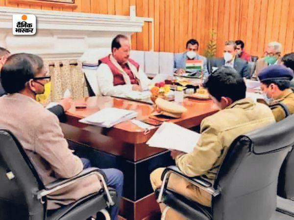 अधिकारियों के साथ बैठक करते विधानसभा अध्यक्ष विजय कुमार सिन्हा। - Dainik Bhaskar