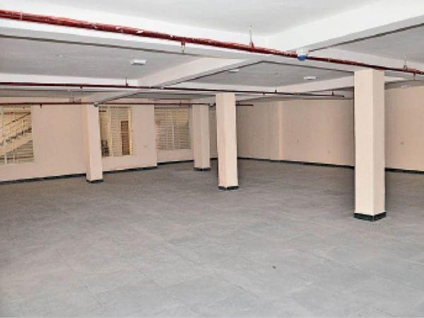 संगीत संकुल के बेसमेंट का हाॅल, जहां आवाज चारों ओर से गूंज रही है। संकुल के नीचे बना बेसमेंट का प्रवेश द्वार। - Dainik Bhaskar