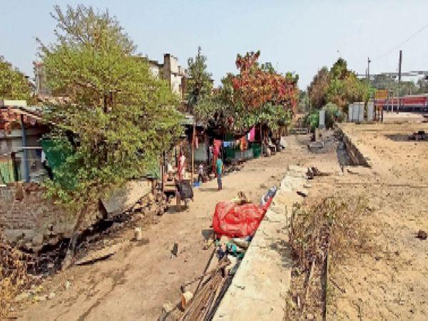 होशंगाबाद। रेलवे ने बालागंज में इन मकानों को हटाए जाने के लिए नोटिस जारी किया। - Dainik Bhaskar