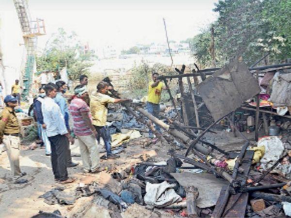 कावेरी कुंज कॉलोनी के बगीचे और टंकी के पास से इस तरह निगम अमले ने झुग्गी तोड़कर अतिक्रमण हटाया। - Dainik Bhaskar