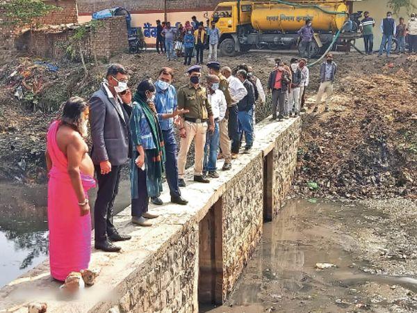 पीलियाखाल नाले पर पहुंचे कलेक्टर ने तीन दिन में जमा पानी खाली करने के निर्देश दिए। - Dainik Bhaskar