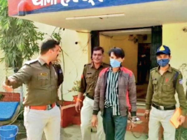 आरोपी को न्यायालय में पेश करने ले जाते हुए पुलिसकर्मी। - Dainik Bhaskar