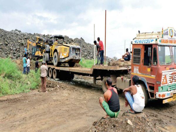 टिही के आगे तीन किमी में से आधी टनल बनकर तैयार होने के बाद प्रोजेक्ट होल्ड हुआ तो कॉन्ट्रैक्टर ने मौके से मशीनों को भी रवाना कर दिया। (फाइल फोटो) - Dainik Bhaskar